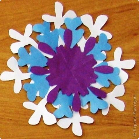 А бывают и такие морозные снежинки, играют себе под солнцем разными цветами! Очень красиво смотрятся в оформлении интерьера за счёт разнообразия цветов.  фото 6