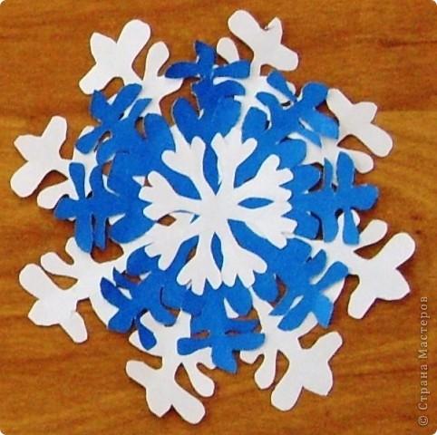 А бывают и такие морозные снежинки, играют себе под солнцем разными цветами! Очень красиво смотрятся в оформлении интерьера за счёт разнообразия цветов.  фото 9