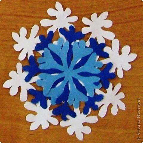 А бывают и такие морозные снежинки, играют себе под солнцем разными цветами! Очень красиво смотрятся в оформлении интерьера за счёт разнообразия цветов.  фото 10