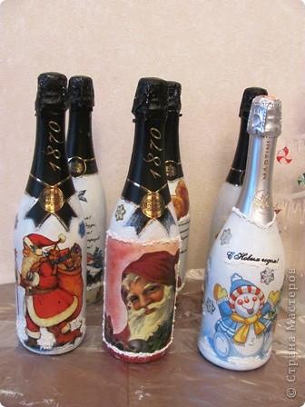 Меня подставили!!!!! :))) В прошлом году я подарила новогоднюю бутылочку классной руководительнице сына, и в этот раз решили попросить меня сделать такие же в подарок от класса всем учителям!!!!! Вчера весь день сидела, салфетки клеила.... фото 3