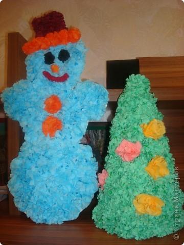 Ёлочка в школу для сына и снеговик, которого сын уже делал сам. Завтра понесет хвалиться.  фото 1