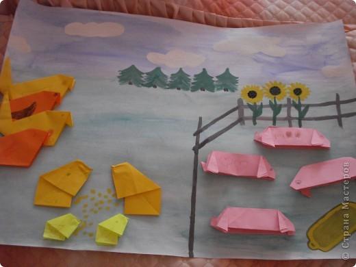 вот такую коллективную работу я делала с детьми 5-6 лет в детском саду. поросята, циплята и курочки сделаны в технике оригами; всё остальное нарисовано на ватмане гуашью. фото 1