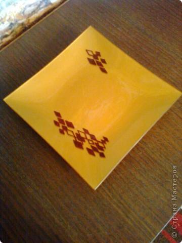 если приложить совсем немного труда, затратить минимум времени и материалов. Самая простая квадратная тарелка расписана лаком (как вариант может быть декупаж, аппликация). Рисунок самый простой. фото 1