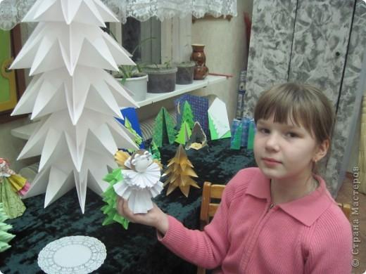 Как обещала, выставляю фотографии с выставки Маши Калистратовой. Маше 10 лет и это её первая выставка по оригами. На выставке представлены в основном разные модели ёлок. Но здесь есть и ангелочек, и куклы, и игрушки на ёлку. Приятного просмотра! Маша ждёт оценки и комментариев! фото 7