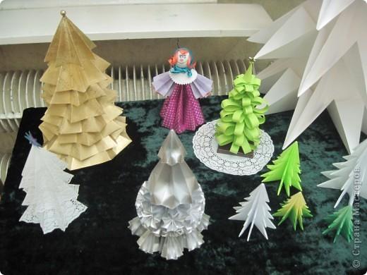 Как обещала, выставляю фотографии с выставки Маши Калистратовой. Маше 10 лет и это её первая выставка по оригами. На выставке представлены в основном разные модели ёлок. Но здесь есть и ангелочек, и куклы, и игрушки на ёлку. Приятного просмотра! Маша ждёт оценки и комментариев! фото 14