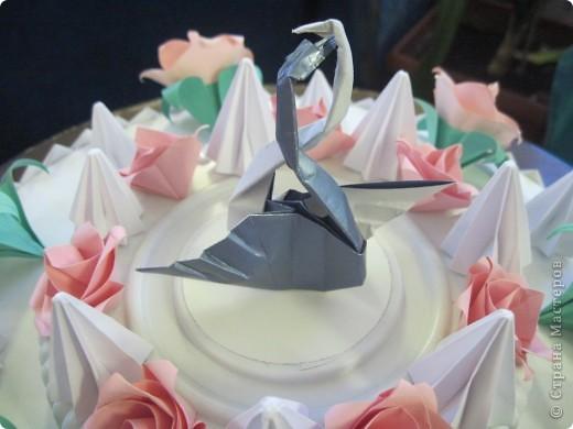 """Такой """"вкусный"""" праздничный, скорее, свадебный торт мы с Виталиком сделали к выставке. Розы, безе, розы, безе, розочки, безешки и наверху - пара лебедей - БЕЛЫЙ И СЕРЫЙ. фото 3"""