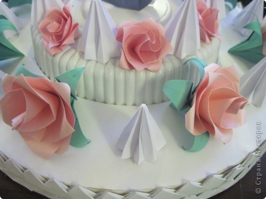 """Такой """"вкусный"""" праздничный, скорее, свадебный торт мы с Виталиком сделали к выставке. Розы, безе, розы, безе, розочки, безешки и наверху - пара лебедей - БЕЛЫЙ И СЕРЫЙ. фото 4"""