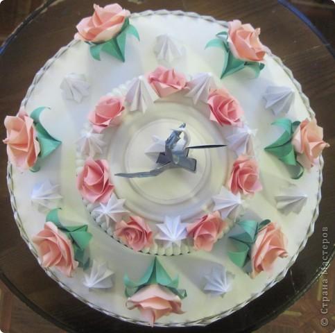 """Такой """"вкусный"""" праздничный, скорее, свадебный торт мы с Виталиком сделали к выставке. Розы, безе, розы, безе, розочки, безешки и наверху - пара лебедей - БЕЛЫЙ И СЕРЫЙ. фото 5"""
