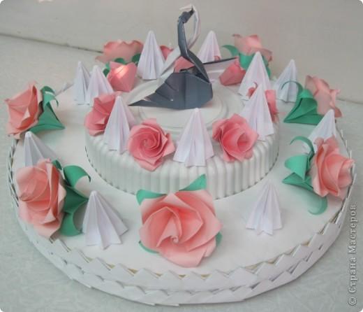 """Такой """"вкусный"""" праздничный, скорее, свадебный торт мы с Виталиком сделали к выставке. Розы, безе, розы, безе, розочки, безешки и наверху - пара лебедей - БЕЛЫЙ И СЕРЫЙ. фото 1"""