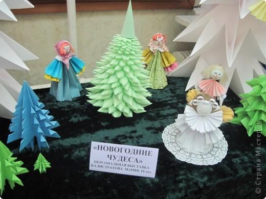 Как обещала, выставляю фотографии с выставки Маши Калистратовой. Маше 10 лет и это её первая выставка по оригами. На выставке представлены в основном разные модели ёлок. Но здесь есть и ангелочек, и куклы, и игрушки на ёлку. Приятного просмотра! Маша ждёт оценки и комментариев! фото 6