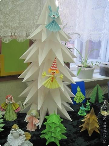 Как обещала, выставляю фотографии с выставки Маши Калистратовой. Маше 10 лет и это её первая выставка по оригами. На выставке представлены в основном разные модели ёлок. Но здесь есть и ангелочек, и куклы, и игрушки на ёлку. Приятного просмотра! Маша ждёт оценки и комментариев! фото 5