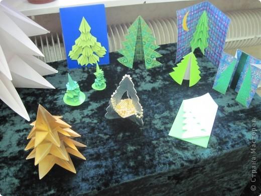 Как обещала, выставляю фотографии с выставки Маши Калистратовой. Маше 10 лет и это её первая выставка по оригами. На выставке представлены в основном разные модели ёлок. Но здесь есть и ангелочек, и куклы, и игрушки на ёлку. Приятного просмотра! Маша ждёт оценки и комментариев! фото 3