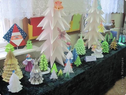 Как обещала, выставляю фотографии с выставки Маши Калистратовой. Маше 10 лет и это её первая выставка по оригами. На выставке представлены в основном разные модели ёлок. Но здесь есть и ангелочек, и куклы, и игрушки на ёлку. Приятного просмотра! Маша ждёт оценки и комментариев! фото 2