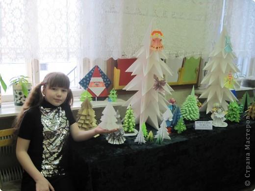 Как обещала, выставляю фотографии с выставки Маши Калистратовой. Маше 10 лет и это её первая выставка по оригами. На выставке представлены в основном разные модели ёлок. Но здесь есть и ангелочек, и куклы, и игрушки на ёлку. Приятного просмотра! Маша ждёт оценки и комментариев! фото 1