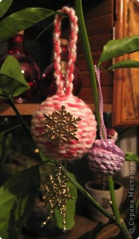 """Ещё парочка небольших шариков сделанных по тому же принципу, что и здесь: http://stranamasterov.ru/node/55012 Только для этих шариков я решила попробовать скрутить витой шнур самостоятельно (научилась это делать в этом году на слёте туристят, когда помогала в мастерской """"хвосты для Иа-Иа"""" :) ).  Потренировалась на мааааленьком шарике (диаметр 1 см). Вроде симпатично получилось. На пенопластовый шарик диаметром 4 см ушло примерно 1.5 м шнура. А его я скрутила из остатков ниток, длиной чуть больше 4 м. Поняла, что на большой шарик (диаметр 6 см) я шнур не смогу скрутить (на него надо 3-3.5 м) - места дома не хватит :)"""