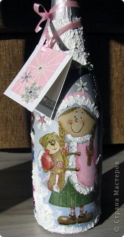 """Бутылка закрашена аэрозолем серебряным, картинка-салфетка, """"снег"""" -текстурная акриловая паста. Открытка -основа -дизайнерский картон, дырокольные снежинки, контуры. фото 2"""
