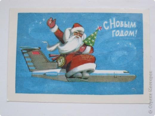 Сегодня хочу показать подборку открыток с советской символикой. Смотрю сейчас на них и вспоминаю, что получать такие раньше нам не очень нравилось. Хотелось чего-то нарядного, с шариками-шишечками-фонариками. Золотом и блестками. Сейчас только такие открытки и продают, но теперь они все какие-то однотипные, а в этих старых открытках вся жизнь нашей страны, поэтому с удовольствием и ностальгией пересматриваем их в преддверии новогодних праздников.   Эта открытка 1978 г. Художник Б. Столяров.  фото 8