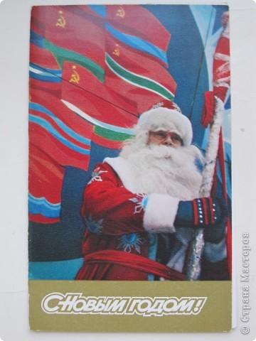 Сегодня хочу показать подборку открыток с советской символикой. Смотрю сейчас на них и вспоминаю, что получать такие раньше нам не очень нравилось. Хотелось чего-то нарядного, с шариками-шишечками-фонариками. Золотом и блестками. Сейчас только такие открытки и продают, но теперь они все какие-то однотипные, а в этих старых открытках вся жизнь нашей страны, поэтому с удовольствием и ностальгией пересматриваем их в преддверии новогодних праздников.   Эта открытка 1978 г. Художник Б. Столяров.  фото 2