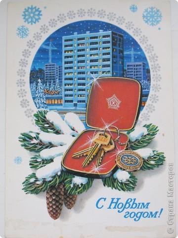 Сегодня хочу показать подборку открыток с советской символикой. Смотрю сейчас на них и вспоминаю, что получать такие раньше нам не очень нравилось. Хотелось чего-то нарядного, с шариками-шишечками-фонариками. Золотом и блестками. Сейчас только такие открытки и продают, но теперь они все какие-то однотипные, а в этих старых открытках вся жизнь нашей страны, поэтому с удовольствием и ностальгией пересматриваем их в преддверии новогодних праздников.   Эта открытка 1978 г. Художник Б. Столяров.  фото 5
