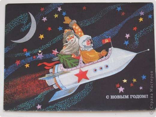Сегодня хочу показать подборку открыток с советской символикой. Смотрю сейчас на них и вспоминаю, что получать такие раньше нам не очень нравилось. Хотелось чего-то нарядного, с шариками-шишечками-фонариками. Золотом и блестками. Сейчас только такие открытки и продают, но теперь они все какие-то однотипные, а в этих старых открытках вся жизнь нашей страны, поэтому с удовольствием и ностальгией пересматриваем их в преддверии новогодних праздников.   Эта открытка 1978 г. Художник Б. Столяров.  фото 15