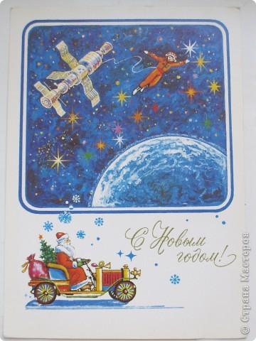 Сегодня хочу показать подборку открыток с советской символикой. Смотрю сейчас на них и вспоминаю, что получать такие раньше нам не очень нравилось. Хотелось чего-то нарядного, с шариками-шишечками-фонариками. Золотом и блестками. Сейчас только такие открытки и продают, но теперь они все какие-то однотипные, а в этих старых открытках вся жизнь нашей страны, поэтому с удовольствием и ностальгией пересматриваем их в преддверии новогодних праздников.   Эта открытка 1978 г. Художник Б. Столяров.  фото 14