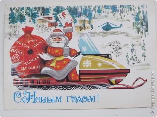 Сегодня хочу показать подборку открыток с советской символикой. Смотрю сейчас на них и вспоминаю, что получать такие раньше нам не очень нравилось. Хотелось чего-то нарядного, с шариками-шишечками-фонариками. Золотом и блестками. Сейчас только такие открытки и продают, но теперь они все какие-то однотипные, а в этих старых открытках вся жизнь нашей страны, поэтому с удовольствием и ностальгией пересматриваем их в преддверии новогодних праздников.   Эта открытка 1978 г. Художник Б. Столяров.  фото 10