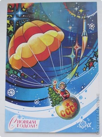 Сегодня хочу показать подборку открыток с советской символикой. Смотрю сейчас на них и вспоминаю, что получать такие раньше нам не очень нравилось. Хотелось чего-то нарядного, с шариками-шишечками-фонариками. Золотом и блестками. Сейчас только такие открытки и продают, но теперь они все какие-то однотипные, а в этих старых открытках вся жизнь нашей страны, поэтому с удовольствием и ностальгией пересматриваем их в преддверии новогодних праздников.   Эта открытка 1978 г. Художник Б. Столяров.  фото 16