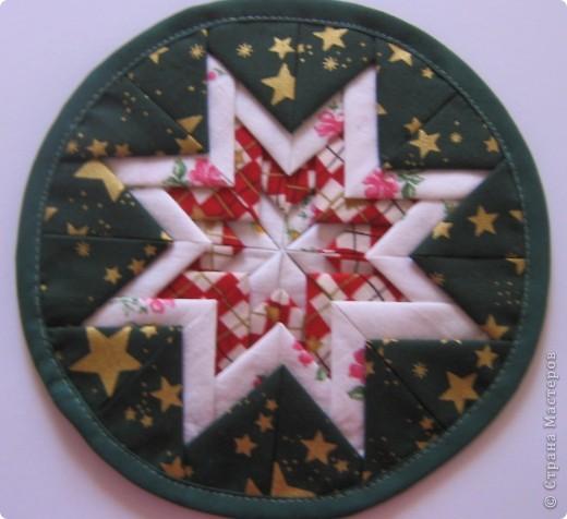 Живет с нами по соседству очень хороший человечек. Каждый год стараюсь не забыть ее на рождество, в этом году решила подарить ей вместе с уже традиционным съедомным подарком (печенье) еще и открытку, и прихватку. Открытку сделала по МК allasol http://stranamasterov.ru/node/125122, за который большое спасибо. фото 3