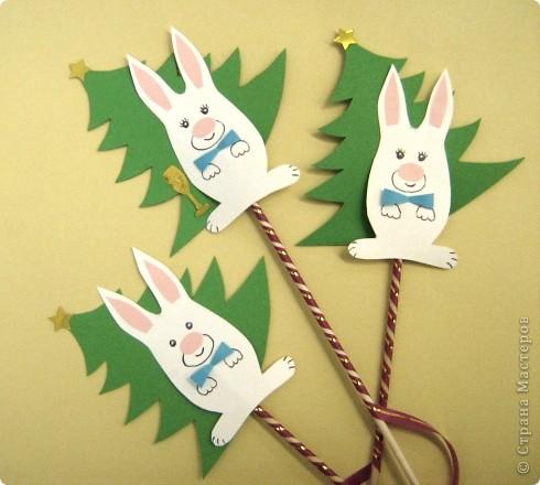 Вот такие зайчики, вырезаем и наклеиваем на елочку.... фото 1