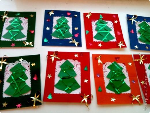 Сегодня делали с моими пятилетками такие елочки.Рамочки готовили заранее коллективно: кто-то дыроколил снежинки, кто-то сортировал, подавал,резал ленточки, а я степлером крепила.  фото 1
