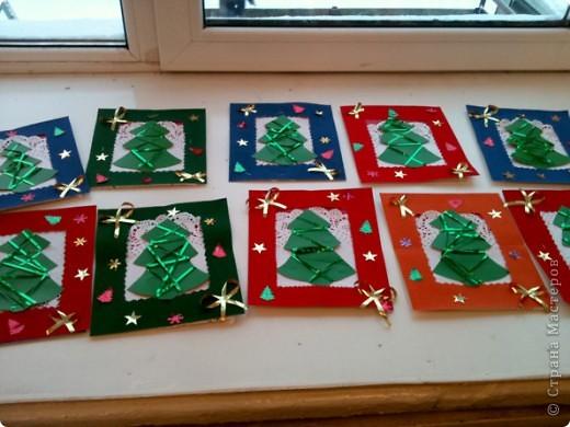 Сегодня делали с моими пятилетками такие елочки.Рамочки готовили заранее коллективно: кто-то дыроколил снежинки, кто-то сортировал, подавал,резал ленточки, а я степлером крепила.  фото 2