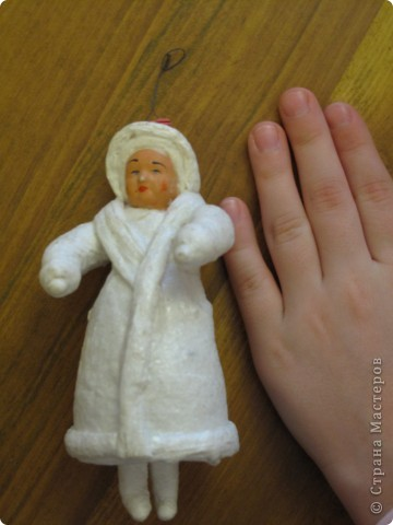 Побывала с детьми в музее, где рассказывали про традиции празднования Рождества в России в разные годы. Вот такую куколку показали. Это ёлочная игрушка, её более100 лет. Сделана из ваты, которая тонкими слоями наклеиваится на какой то каркас-основу. Может кто то владеет этой техникой и может поделится МК. Куколка легкая. Размер с детскую ладошку.
