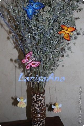 Летом отдыхая на Днепре, насобирала букетик чертополоха, он уже высох, а на днях сделала бабочку - посадила её на веточку и решила сделать ещё цветных бабочек! Вот получилась такая композиция! Теперь веточка стала веселее, а была очень мрачная.... фото 3