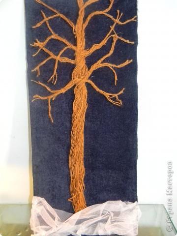 Такое деревце я вырастила под Новый год! Мне понадобились:кусок дсп,бархат темно-синего и бордового цветов,белый фатин,ленты разных цветов,монеты и муляжи бумажных купюр разного номинала. стразы,блестки,клей фото 4