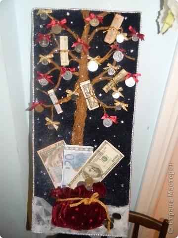 Такое деревце я вырастила под Новый год! Мне понадобились:кусок дсп,бархат темно-синего и бордового цветов,белый фатин,ленты разных цветов,монеты и муляжи бумажных купюр разного номинала. стразы,блестки,клей фото 9