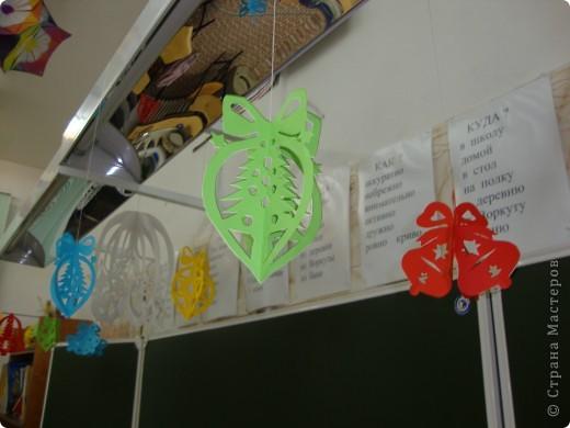 В школе был объявлен конкурс на лучшее оформление к Новому году. Мы решили, что все сделаем своими руками и ничего покупного вешать не будем. фото 7