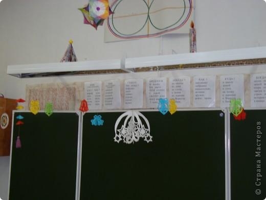 В школе был объявлен конкурс на лучшее оформление к Новому году. Мы решили, что все сделаем своими руками и ничего покупного вешать не будем. фото 6