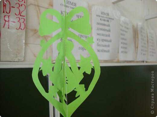 В школе был объявлен конкурс на лучшее оформление к Новому году. Мы решили, что все сделаем своими руками и ничего покупного вешать не будем. фото 9