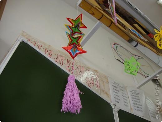 В школе был объявлен конкурс на лучшее оформление к Новому году. Мы решили, что все сделаем своими руками и ничего покупного вешать не будем. фото 15
