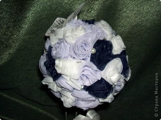 Вот я и окончила дерево роз! Это подарок для мамочки как то, гуляя по сообществу, наткнулась на красивое дерево роз и захотелось сделать нечто подобное. Использовала ткань, леску, нить, бусинки, кашпо, тарелочку, намного клея Момент, газета и клей ПВА (чтобы сделать шарик), сатенгипс и проволоку(чтобы посадить деревце). Бабочку и бейку приобрела для украшения. Бейка обработана клеем ПВА. А в кашпо под тарелочкой сделан тайник для сладостей Розочки мне пришлось сшить между собой. Хотя обычно они клеятся на шарик. Роз примерно 60 штук накрутила. фото 1