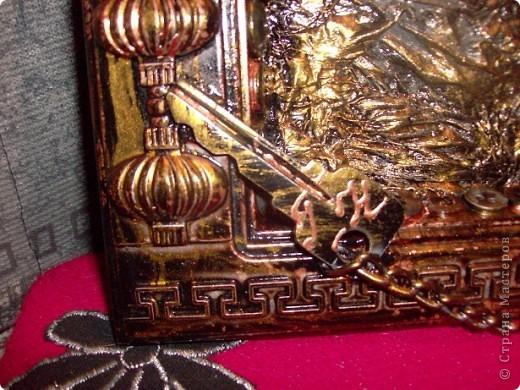 Пластмассовый корпус от использованных китайских часов, т/бумага, краска, металлическая фурнитура, клей, час работы. фото 3