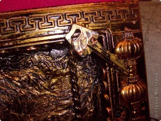 Пластмассовый корпус от использованных китайских часов, т/бумага, краска, металлическая фурнитура, клей, час работы. фото 4