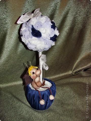 Вот я и окончила дерево роз! Это подарок для мамочки как то, гуляя по сообществу, наткнулась на красивое дерево роз и захотелось сделать нечто подобное. Использовала ткань, леску, нить, бусинки, кашпо, тарелочку, намного клея Момент, газета и клей ПВА (чтобы сделать шарик), сатенгипс и проволоку(чтобы посадить деревце). Бабочку и бейку приобрела для украшения. Бейка обработана клеем ПВА. А в кашпо под тарелочкой сделан тайник для сладостей Розочки мне пришлось сшить между собой. Хотя обычно они клеятся на шарик. Роз примерно 60 штук накрутила. фото 2