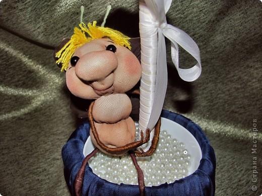 Вот я и окончила дерево роз! Это подарок для мамочки как то, гуляя по сообществу, наткнулась на красивое дерево роз и захотелось сделать нечто подобное. Использовала ткань, леску, нить, бусинки, кашпо, тарелочку, намного клея Момент, газета и клей ПВА (чтобы сделать шарик), сатенгипс и проволоку(чтобы посадить деревце). Бабочку и бейку приобрела для украшения. Бейка обработана клеем ПВА. А в кашпо под тарелочкой сделан тайник для сладостей Розочки мне пришлось сшить между собой. Хотя обычно они клеятся на шарик. Роз примерно 60 штук накрутила. фото 3