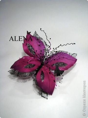 """Изготовление цветов из ткани очень увлекательный и затягивающий процесс. Подбор ткани для цветов, подбор аксессуаров, украшений из камней, бисера и перьев, крашение ткани, обработка лепестков и листьев, ну и конечно же сборка цветов - каждый этап работы по-своему важен и интересен. Создавая цветы, я порой забываю что пропустила обед, а иногда уйдя в работу не помню какое  сегодня число и сколько сейчас времени...   Но когда по прошествии нескольких часов работы,  держишь в руках готовую работу - цветок созданный своими руками, все остальное уходит на второй план. Брошь-цветок для костюма, цветок из ткани на платье, цветок в прическу, корсаж из цветов на руку, бутоньерки, шляпки, ободки и всевозможные интерьерные цветы - какой бы это ни был цветок главное что он сделан с душой.  Мой сайт вы легко найдете, набрав в любом поисковике """"цветы Алёны Абрамовой"""".  Некоторые работы:  фото 12"""