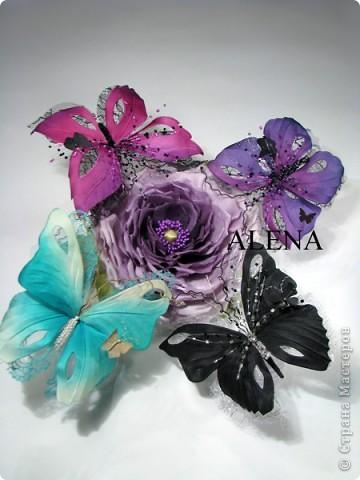 """Изготовление цветов из ткани очень увлекательный и затягивающий процесс. Подбор ткани для цветов, подбор аксессуаров, украшений из камней, бисера и перьев, крашение ткани, обработка лепестков и листьев, ну и конечно же сборка цветов - каждый этап работы по-своему важен и интересен. Создавая цветы, я порой забываю что пропустила обед, а иногда уйдя в работу не помню какое  сегодня число и сколько сейчас времени...   Но когда по прошествии нескольких часов работы,  держишь в руках готовую работу - цветок созданный своими руками, все остальное уходит на второй план. Брошь-цветок для костюма, цветок из ткани на платье, цветок в прическу, корсаж из цветов на руку, бутоньерки, шляпки, ободки и всевозможные интерьерные цветы - какой бы это ни был цветок главное что он сделан с душой.  Мой сайт вы легко найдете, набрав в любом поисковике """"цветы Алёны Абрамовой"""".  Некоторые работы:  фото 16"""