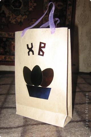 Пакет Пасхальный. Материалы - упаковочная бумага из строительного магазина (любезно разрешили взять пару листов). Склеивается по подобию рядового подарочного пакета. Декор - цветная фольга. фото 1
