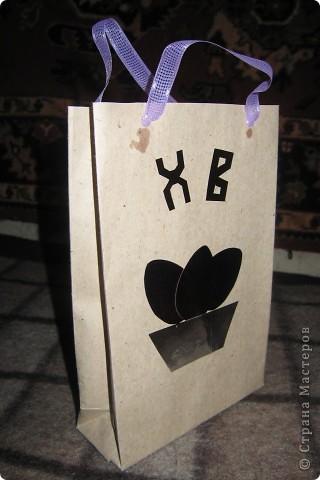 Пакет Пасхальный. Материалы - упаковочная бумага из строительного магазина (любезно разрешили взять пару листов). Склеивается по подобию рядового подарочного пакета. Декор - цветная фольга. фото 2