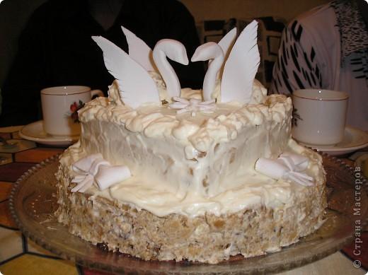 Это мой дебютный тортик. Хотелось удивить мужа на годовщину свадьбы. Торт может быть любой, какой Вам нравится. Я делала медовик с 5-ю коржами. Верхние 2 обрезала в форме сердца. Из крошек, орехов и крема (взбитые сливки с сахаром) сформировать тела лебедей. Крылья и головки с шейками - из сахарной мастики.  фото 1
