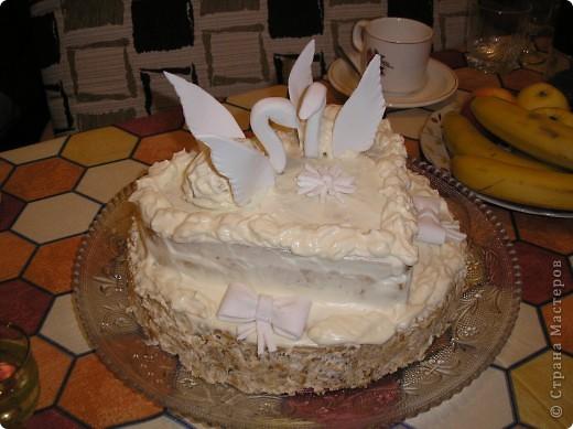 Это мой дебютный тортик. Хотелось удивить мужа на годовщину свадьбы. Торт может быть любой, какой Вам нравится. Я делала медовик с 5-ю коржами. Верхние 2 обрезала в форме сердца. Из крошек, орехов и крема (взбитые сливки с сахаром) сформировать тела лебедей. Крылья и головки с шейками - из сахарной мастики.  фото 2